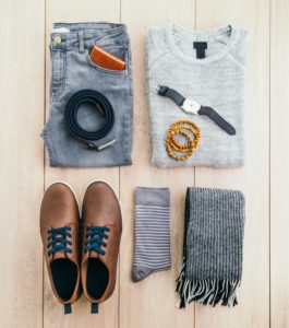 zapatos marrones cordones azukes, bufanda gris hombre, reloj azul hombre, jersey claro hombre, pantalones vaqueros hombre, cinturon negro, calcetines a rayas de hombre