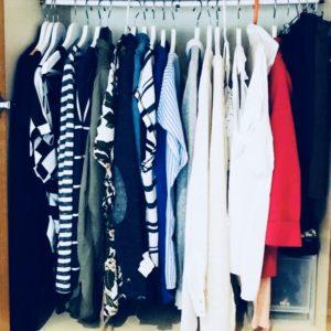prendas ordenadas en armario, ordena tu armario por colores, armario ordenado, armario personal shopper, perchas blancas, organiza tus camisas