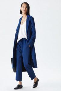 look azul y blanco, chaqueta larga, blazer azul