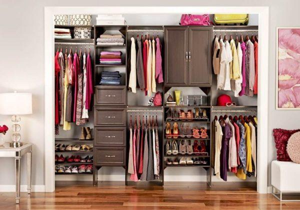 armario-de-mujer-con-ropa-clasificada-927419